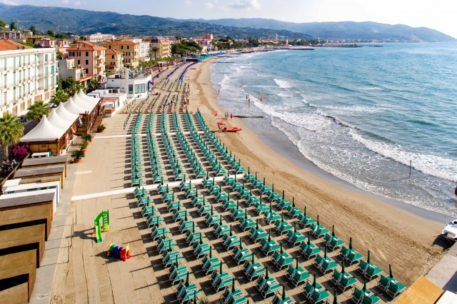 Hotel with beach service included in Liguria